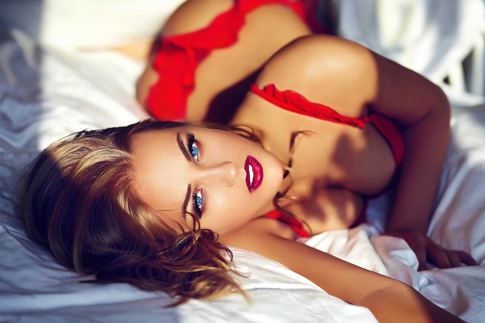 Glamour_closeup_of_beautiful_young_woman_in_red_lingerie_by_Halay_Alex_unter_Verwendung_Lizenz_Shutterstock.com