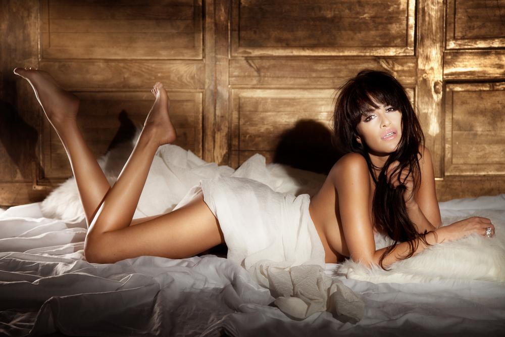 Beautiful_brunette_woman_lying_naked_in_bed_and_relaxing_by_PawelSierakowski_unter_Verwendung_Lizenz_Shutterstock.com
