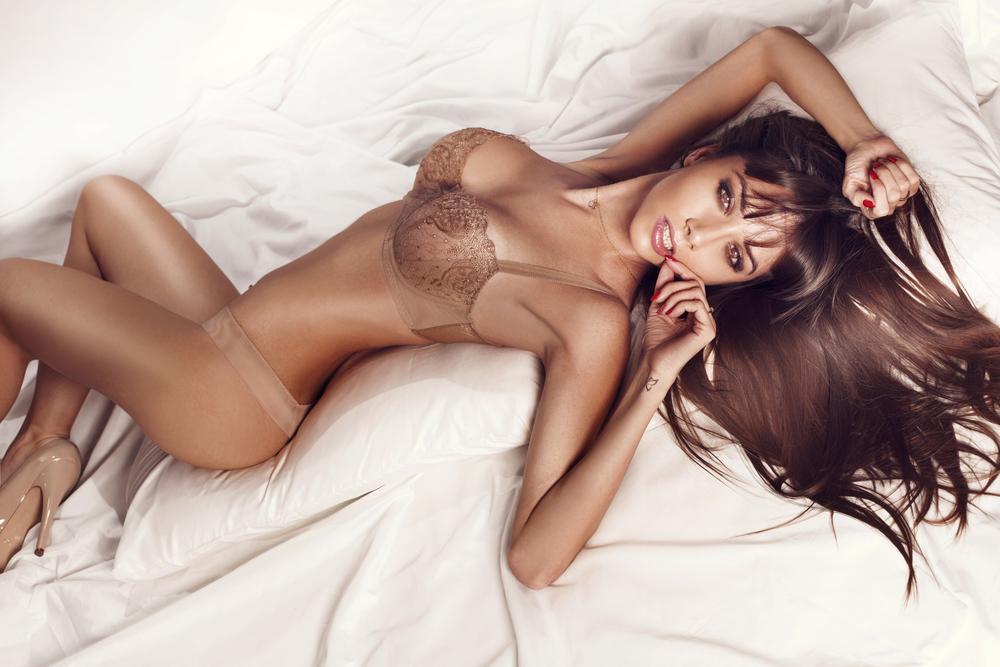 Sexy_slim_brunette_woman_posing_in_bed_wearing_sensual_lingerie_by_PawelSierakovsky_unter_Verwendung_Lizenz_Shutterstock.com