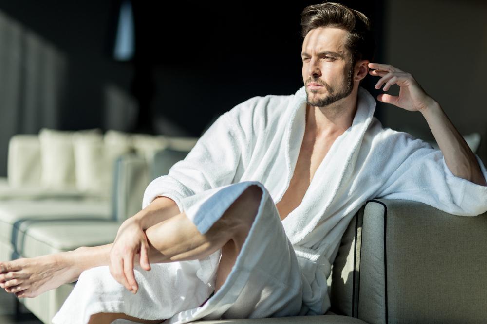 Handsome_man_in_a_robe_by_Andor_Bujdoso_unter_Verwendung_Lizenz_Shutterstock.com