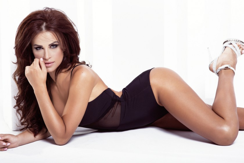 Sexy_brunette_posing_in_fashionable_lingerie_by_oleander_studio_unter_Verwendung_Lizenz_Shutterstock.com