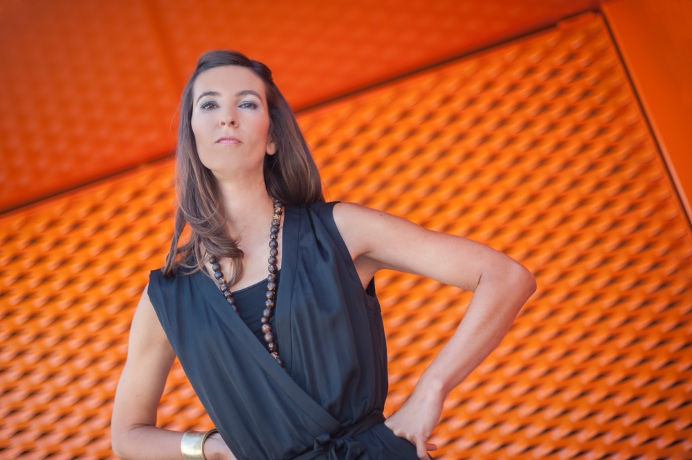 Fashionable_young_woman_posing_dramatically_in_urban_archictectural_environment_by_studioblom.de_berschneider.com_