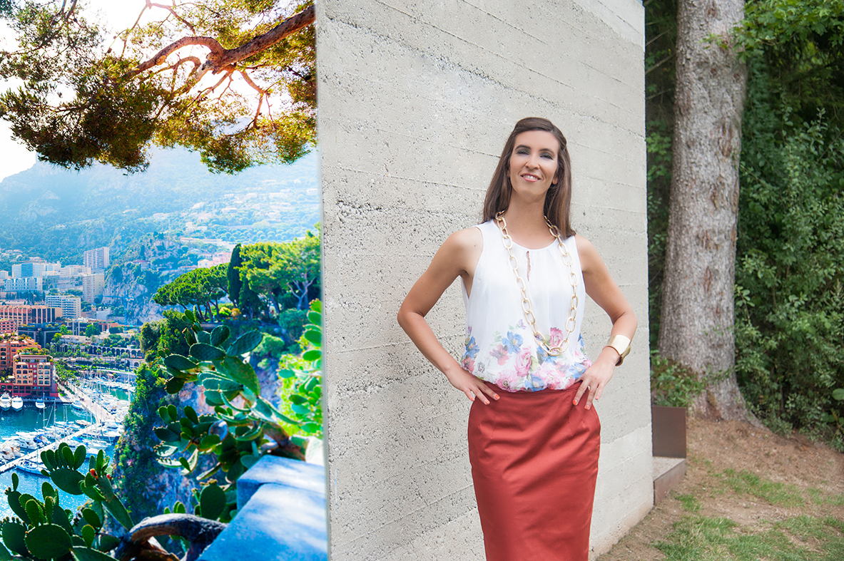 http://misselli.de/wp-content/uploads/2015/11/Fashionable_young_woman_posing_in_mediterranean_landscape_upside_monaco_marina_by_studioblom.de_berschneider.com_.jpg