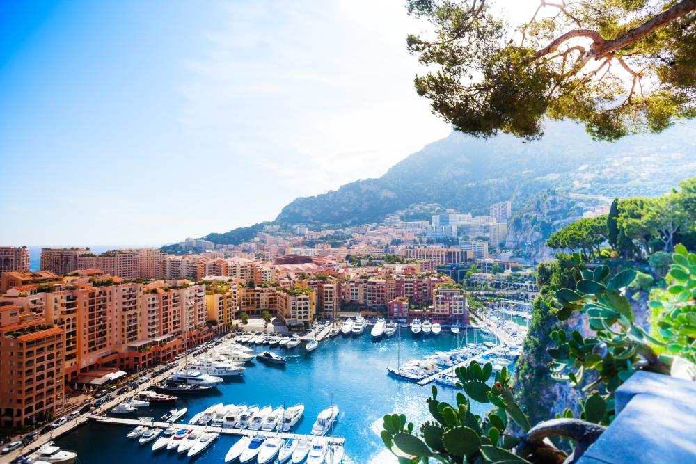 Marina_and_luxury_yacht_in_Monaco_by_Sergey_Novikov_unter_Verwendung_Lizenz_Shutterstock_s