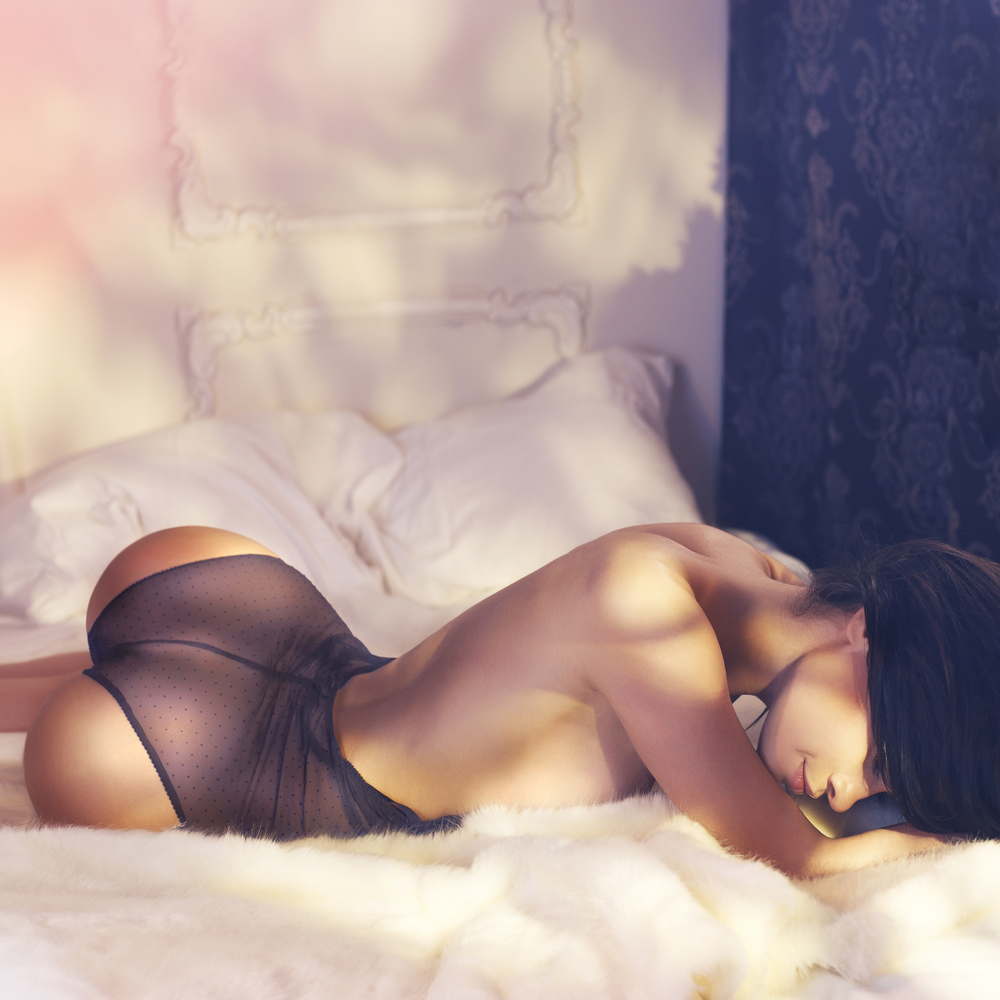 Fashion_art_photo_of_sensual_woman_in_bedroom_by_Mayer_George_unter_Verwendung_Lizenz_Shutterstock.com