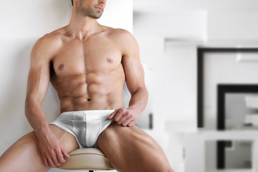 Very_sexy_young_fit_man_in_white_underwear_in_modern_contemporary_interior_setting_by_Curaphotography_unter_Verwendung_Lizenz_Shutterstock.com