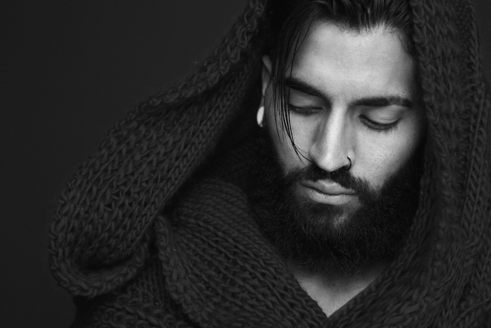 Close_up_black_white_male_portrait_by_mimagephotography_unter_Verwendung_Lizenz_Shutterstock_